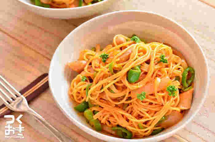 ケチャップ味を抑えつつ、ニンニクの風味をたっぷりきかせたアレンジ。スパゲティは、茹でるとデンプンがソースとからまりやすい状態になるので、あえて湯切りをせず、鍋からそのままトングでフライパンに移すのがポイントだとか。