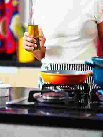 「脂溶性ビタミン」は油と一緒に食べることでその吸収効率はアップします。そのため、カロリーが気になるからと油を使わずにテフロンのフライパンで炒めている方も、あえて小さじ1杯の油で炒める調理法をおすすめします。  炒める場合は、高温でさっと炒めたり、片栗粉でとろみをつけて野菜から出た水分も一緒に食べることで余すことなく脂溶性ビタミンを摂ることができます。  炒めるという調理法以外にも、マリネ液につけることでマリネに含まれた油と一緒に摂ったり、サラダにしてドレッシングの油と一緒にいただくのも、オススメ。吸収効率をあげてくれます。