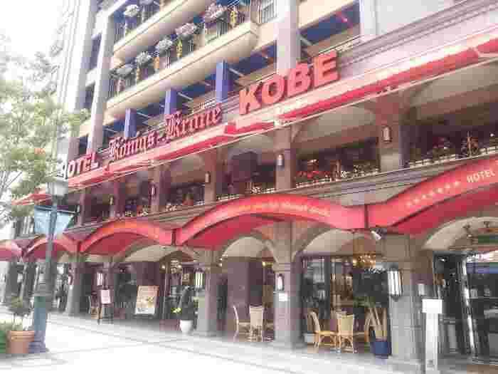 """""""クローネ""""は素朴でおいしいおやつ。 ケーニヒスクローネは1977年創業の神戸っ子に寄り添う老舗メーカーです。 くまのポチという愛らしいキャラクターをひっさげて、優しいお母さんの手作りのようなドイツ菓子をベースに展開。 近年は、神戸の繁華街・三宮にホテルをオープン!朝食やランチが話題となっています。"""