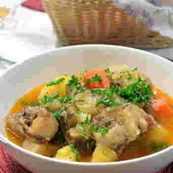 時間がある時にぜひ作ってみていただきたいのが、じっくり体に染み渡る「オックステールスープ」です。  ハワイ版煮込みは思ったよりも体に染み渡る優しいお味。野菜もたくさん取れるので、オススメの一品です。