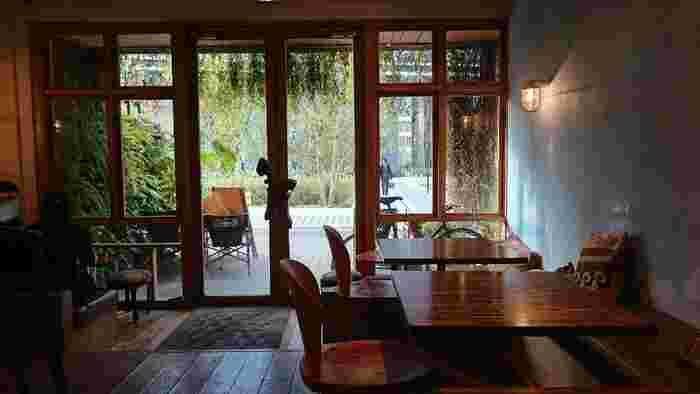 店内は木目調の家具で統一された、ナチュラルテイスト。大きな入り口の窓からの眺めも安らぐ空間です。