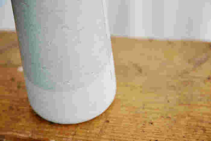 上部は施釉、下部は無釉にすることで、艶とマットが共存する個性的な趣に。ゆるくカーブを描く境目も、花瓶にやさしさをプラスして。