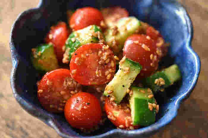 アスパラはカロテン、ビタミンCが豊富な食材と一緒に摂ると相乗効果を発揮します。トマトは味の面でも相性バッチリ!ごまと酢で和えて、さっぱりとした味付けにしましょう♪