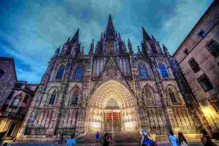 ガウディ建築群よりさらに100年の時代を遡る大聖堂も、圧巻!周辺の小路は旧市街ならではの趣が漂っていて散策が楽しめます。すぐ前にある広場ではストリートパフォーマンスをする人たちで賑わい、冬にはクリスマスマーケットが開かれています。  名称:La Catedral de la Santa Creu i Santa Eulàlia 住所:Pla de la Seu, s/n, 08002 Barcelona
