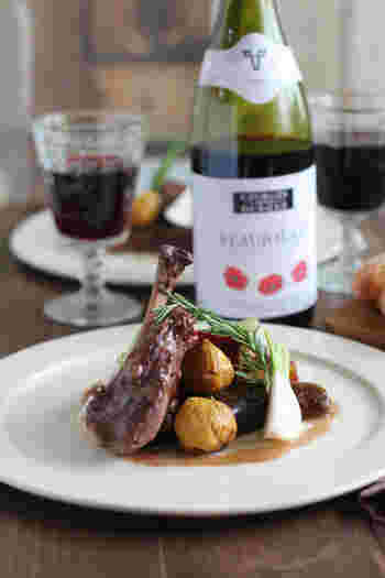 骨付き肉を使ってちょっぴり豪華な鶏の赤ワイン煮込み。一見むずかしそうに見えますが、とっても簡単。栗はオーブンを使って焼き栗にするのでホクホクとした食感が楽しめます。おもてなしにも喜ばれそうですね。