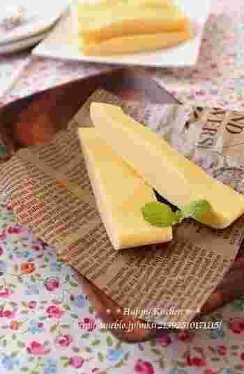 クリームチーズで作る、レンジスイーツは、ルクエがなくても、耐熱容器にラップでもOK!作り立ての温かいうちに食べると、ふんわりした食感で、冷やしてから食べるとしっとりに。どちらも魅力的で迷いそう。