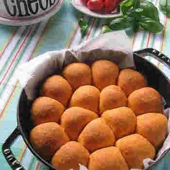 トマトジュースを入れた生地に、枝豆と2種のチーズを入れて、バジル風味に。焼き上がったときのオレンジ色が愛らしく、食欲をそそります。