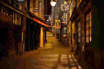 夜になると、賑やかだった町はとても幻想的な、古い物語の一ページのような美しい佇まいを見せてくれます。この静かな風景は、日帰りでは味わえません。ゆったりと時間を過ごしたいですね。