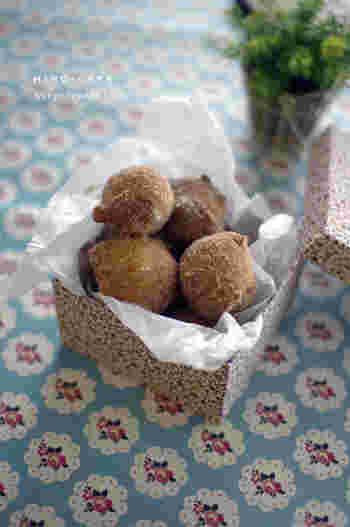 いつものドーナツにかぼちゃを加えて、ほくほくドーナツに仕上げてみましょう。ホットケーキミックスを使って作っているので簡単に作れてしまうのも嬉しいポイント。最後にまぶすグラニュー糖を、きび砂糖に変えてもおいしくいただけるそうです◎