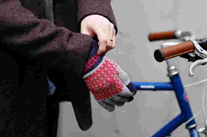 2010年に「日本から世界に発信するグローブブランド」をコンセプトに誕生した「EVOLG(エヴォログ)」。名前の由来は手袋を逆から読んだ「ロクぶて」にちなみ、GLOVE(グローブ)の逆読みからきています。