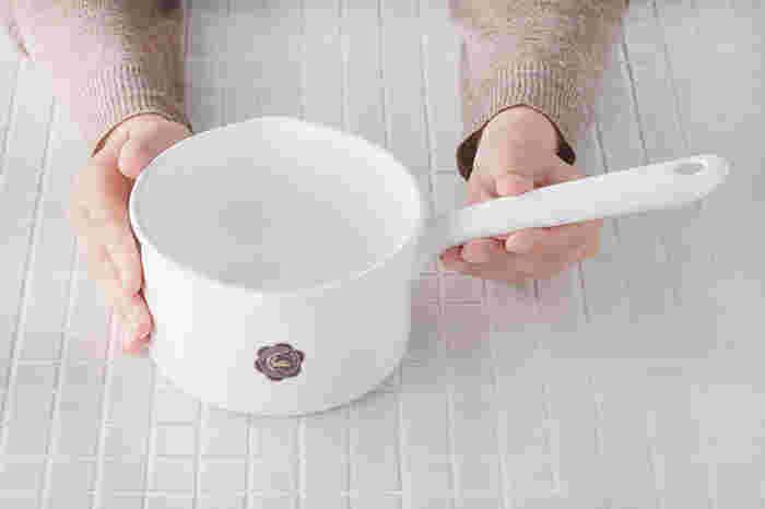 一人暮らしの場合は、お味噌汁やスープを温めたり、小さなお子さんがいるご家庭では離乳食作りにも重宝する便利な小鍋です。ミルクパンは、匂いがつきにくい琺瑯やステンレスなど軽くて使いやすい素材も多く、サイズも小さいので収納スペースに困ることもありません。