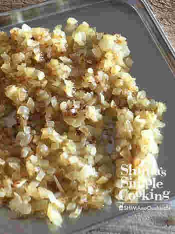 みじん切りの玉ねぎをあらかじめレンジで加熱。その後、炒めると、できあがりが驚くほど早くなります。あめ色玉ねぎは時間がかかるというイメージを払拭してくれる時短テクです。