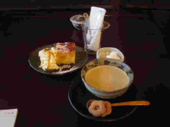スプーンに乗っている、お茶うけの蕎麦ぼうろが可愛らしい♪
