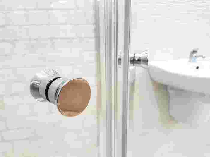 湯気を逃がそうとバスルームの扉を開けておきたくなるかもしれませんが、それはNG!扉は閉めて、換気扇を回しましょう。湯気は上に向かいますので、もしもバスルームの扉下に通気口があれば、そこだけ開けておくと、空気がスムーズに換気扇に向かって流れます。