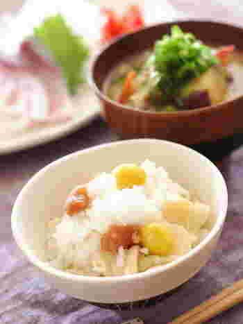 なんとこちらは、味付けが梅干しだけという究極にシンプルな炊き込みご飯。塩ゆでした銀杏を使うことで旨味をプラス。ホクホクのゆり根と銀杏が楽しめる、オトナ味の炊き込みご飯です。