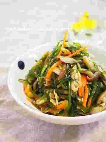 切り昆布、油あげ、しめじ、うまみたっぷりの食材でつくるスピードレシピ。切り昆布なら、さっと煮るだけで火が通るので、短時間でも美味しく仕上がります。体にたっぷりの栄養を届けてくれる海藻の常備菜。晩ごはんの献立に一品プラスするだけで、栄養バランスがとれた食卓に…。