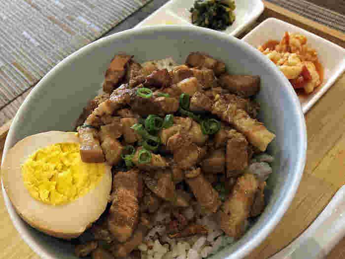 本場・台湾の味が食べられると評判の「台湾茶カフェ 狐月庵(コゲツアン)」があるのは、山手線の西日暮里・日暮里駅からそれぞれ徒歩10分のところ。  テイクアウトの人気ランチは、台湾出身のシェフが本場の調味料で作る「魯肉飯(ルーローファン)」です。とろけるほどやわらかな豚の角煮がのったボリューム満点の丼で、甘辛い中に奥深いスパイスが香ります。