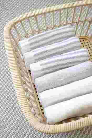 天然素材で編まれたかごは通気性が良く、爽やかな印象をもたらしてくれます。湿度が高い日本の夏の収納に最適で、キッチンや脱衣所、クローゼットまで家中どこでも大活躍。