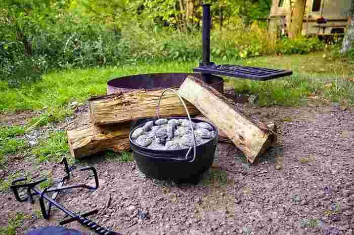 キャンプでお馴染みのダッチオーブン。鍋の特徴を生かして、美味しいパンが焼けます。 鍋に厚みがあので、鍋全体が均一の温度に保たれ、食材にじっくりと火が通ります。食材から出た水分で、無水調理がしやすく、蓋の重さによって密閉状態になり、圧力鍋と同じ効果で様々な料理に大活躍。