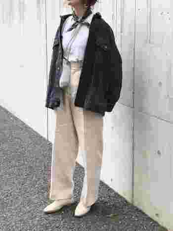 白シャツ×ベージュのライトトーンコーデに、ビッグシルエットの黒デニムジャケットを合わせたコーディネート。ラフになり過ぎないように、首元のスカーフやポインテッドトゥのシューズできちんと感をアップしています。