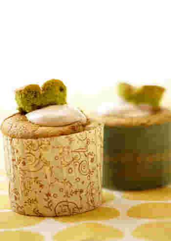 シフォンケーキ型がない場合は、こんな紙のマフィンカップでも可愛く作れます。こちらは、抹茶と小倉の和風黄金コンビ。焼き上がったケーキをくり抜いて小倉クリームを詰め、抜いた生地を飾ります。