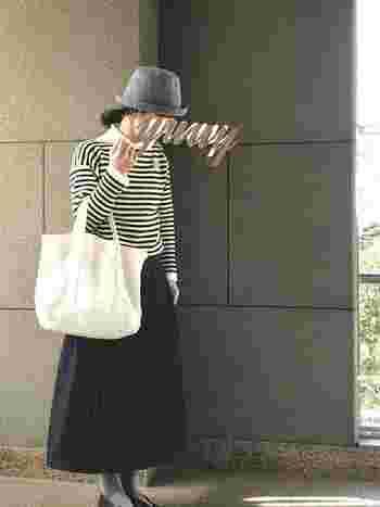 ボーダーのバスクシャツも素敵ですが、秋冬のボーダーコーデはニットでチャレンジしてみましょう♪胸元にはブローチをつけて、ロングのデニムスカートとグレータイツを合わせたらちょっぴりレディな雰囲気になりますね。いつも愛用しているニット帽も素敵ですが、今の時季は帽子にもこだわってお出かけしたいですね!