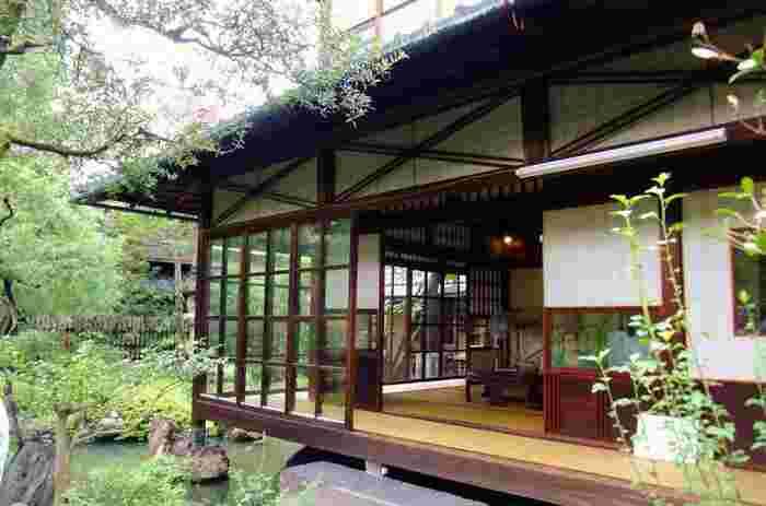 記念館の見所は、七代小川治兵衛作庭による、京都市の指定名勝の「水の庭」と、木造の母屋です。 【建築当時には珍しい、輸入品のガラス戸が用いられている母屋。外国人の訪問が多かった家屋は、鴨居の高さを変える等、意匠も含め繊細な工夫が様々に凝らされています。】