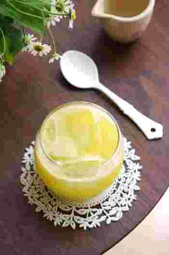 パッと鮮やかな黄色が気分まで明るくしてくれそうなスペシャルスムージー♪甘夏のビタミンCがたっぷり入っているのでこの時期にオススメ。はちみつで酸味を調整してお好きな甘さで召し上がれ。