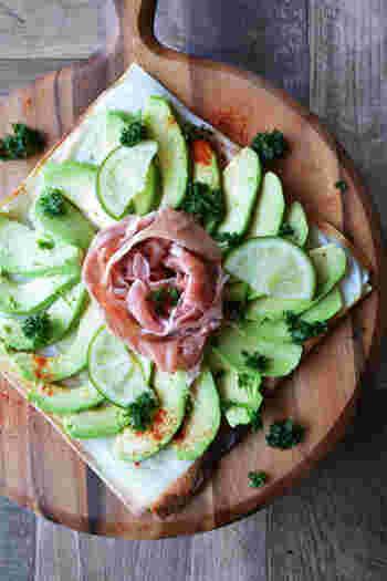 ヘルシーなアボカドピザです。春巻きの皮にハーブを練り込んだチーズを塗り、ミルフィーユ上に挟んでトースターで焼くだけの簡単レシピ。生ハムをお花のようにのせれば、母の日メニューにもぴったり◎