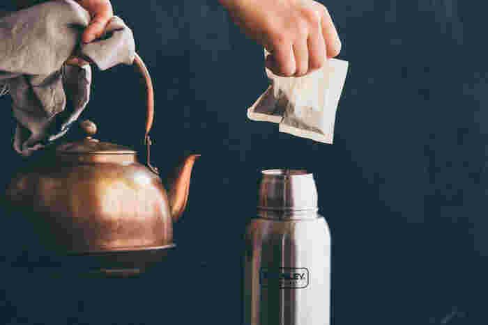 茶葉を漬けっぱなしにしておいても渋みが出ないので、水筒にパックと熱湯を入れておくだけで簡単にルイボスティーが作れます。