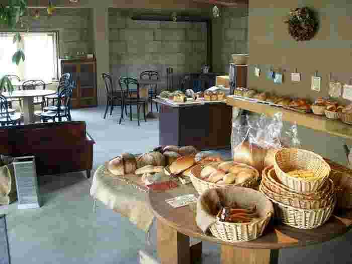 シンプルで洗練された印象の店内には、イートイン&カフェスペースも併設されています。