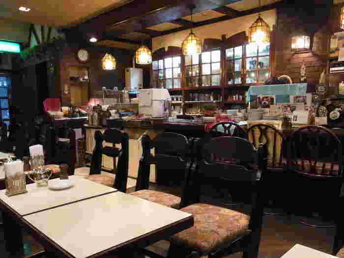 昭和初期のレトロな雰囲気がステキな店内は、創業当時からほとんど変わっていないのだとか。温もりのあるランプのやさしい灯かりが印象的です。
