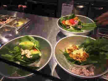 まずはベース(ロメインレタス・ほうれん草・ワイルドライス)を決めます。次に、生野菜や数種類のチーズ、自家製クルトン、ナッツ、チキンなどのトッピングを選択しましょう。