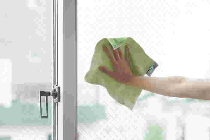 寒い季節になると窓の結露拭きが日課…という人も少なくないはず。そんな結露拭きは窓掃除と一緒にしてしまいましょう!マイクロファイバークロス2枚を用意して、1枚で結露の水分を吸収。もう1枚で乾拭きすれば結露も汚れもキレイになります。毎日行えば、洗剤なしでもキレイな窓がキープできるはずです。