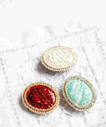 まるで宝石のような輝き。シンプルなデザインがブローチのカラーを引き立てています。