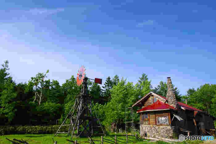 麓郷にある「五郎さんの石の家」は、周囲の豊かな自然風景と見事に調和しており、まるで一枚の絵画のような素晴らしさです。