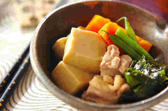 凍り豆腐レシピで真っ先に思い浮かぶのは、何と言っても煮物でしょう!スポンジのような凍り豆腐は、組み合わせる食材や煮汁のおいしさをしっかりと吸い込みます。じゅわっと広がるだし汁と鶏のうまみを、存分に堪能してください。