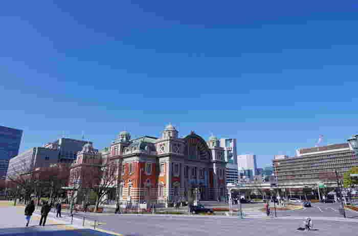 それが、『中之島中央公会堂』です。1918(大正7)年、中之島図書館開館から14年の後に竣工されたこの建物は、風景によく映える色鮮やかな煉瓦の外壁と、アーチ型の屋根が特徴的なネオルネッサンス様式で建てられています。隣り合って立つ建物の、こんなところにも、歴史の移り変わりを感じることが出来ますね。