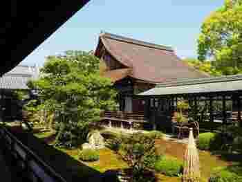 右手奥に見えるのは、宸殿の北側にある「正寝殿(しょうしんでん)」。 桃山時代様式の書院造の建物内部は、紅葉の間・竹の間・雪の間等、12の部屋に分かれ、それぞれの障壁画のモチーフにちなんだ名が付けられています。