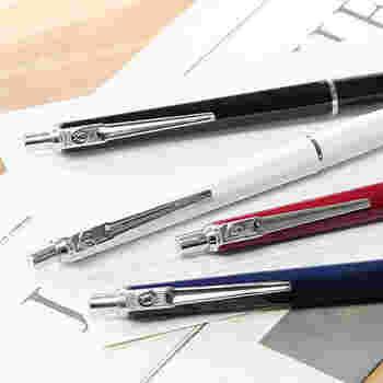 スウェーデンの老舗文具メーカーの定番ボールペンは、スッキリとしたデザインが素敵です。ベーシックなカラーの他に、イエローやグリーンなどポップな色もあります。