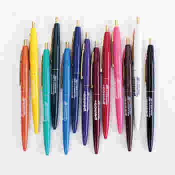 「penco(ペンコ)」のノックボールペン。たくさんのカラーバリエーションで、どれにしようか迷ってしまいますね!¥180(税抜)というプチプライスも魅力的!