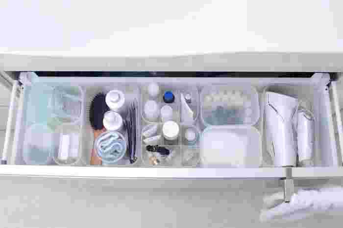 洗面台の下の引き出しは、モノが多くごちゃつきやすい部分。引き出しの中身を同じ無印良品のボックスで区切ることによって、使いやすくすっきりとした印象に。半透明の収納ボックスシリーズは、大きさや、仕切り・蓋つきなど、様々なタイプが選べて用途に合わせて組み合わせることができます。