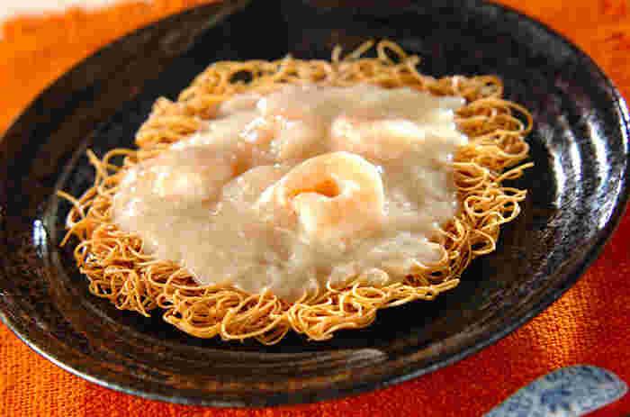 揚げたそうめんをかた焼きそばのようにアレンジするのもおすすめです!あんかけに入っているのは、プリプリのエビとふわふわの卵白。一皿で様々な食感を味わえますよ。