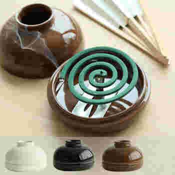 使用の際、火元が隠れるので安心して使え、ポットの中央の穴から煙が漂うさまも風情があります。カラーはホワイト、ブラック、ブラウンの3種類あり、どれも陶器のなめらかな質感が素敵で、お部屋のカラーに合わせて選べるのも◎。