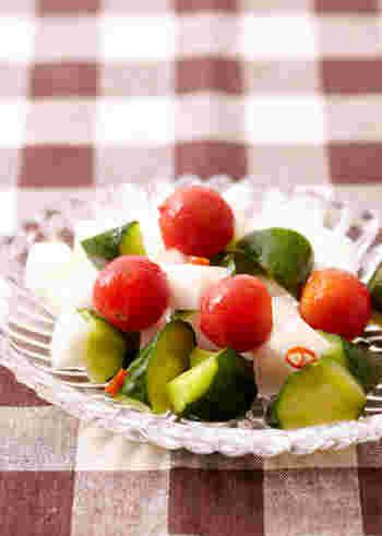 簡単に作れるピクルスも副菜としておすすめ。こちらは大根・プチトマト・きゅうりですが、パプリカなども◎ピクルス液に10分漬けるだけなので、手軽に作れます。