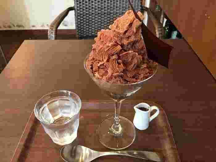 「グラニテ・ショコラ」という名のチョコレートかき氷も、こちらの名物。ビターチョコレートをマイナス20℃で凍らせたものを使用しており、かき氷なのに濃厚な味わい。テレビで芸能人が召し上がったこともある、人気の一品です。