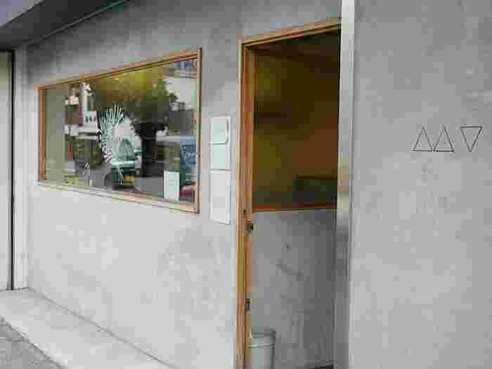 厩橋を渡った春日通り沿いにある「mano cafe(マノ カフェ)」は、おしゃれなセレクト雑貨店「yøre」も併設されている女性に人気のお店です。
