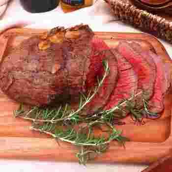 オーブンとフライパンを使用して、15分でできる自家製のローストビーフ。簡単に完成する上に、牛肉の旨味が感じられるのが嬉しいですね。おもてなしの際に出せば、喜ばれること間違いなしです。