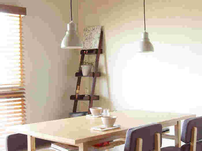 家族が集まる時間が長いリビングやダイニングにはLEDがおすすめ。LEDなら長い期間、電球を交換する必要がないので手間が省けますね。