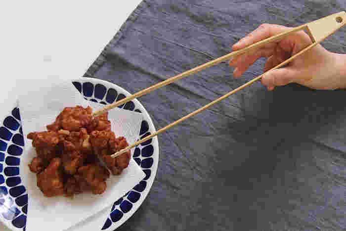 菜箸の代わりとして使える竹製のトング。先端に溝があるのでしっかりと食材をつかむことができます。とんかつやかき揚げなど大きな揚げ物の時は、菜箸だと持ち上げにくい場合も。そんな時にトングがあると便利ですよ。